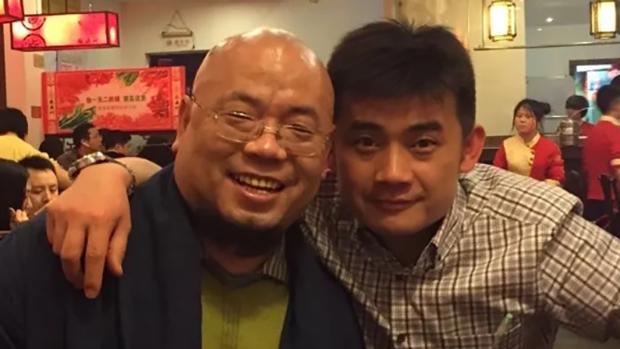 湖南公民欧彪峰(右)表示,浏阳市很多烟花厂都缺乏政府监管,担心会酿成严重意外。(欧彪峰推特图片 / 拍摄日期不详)