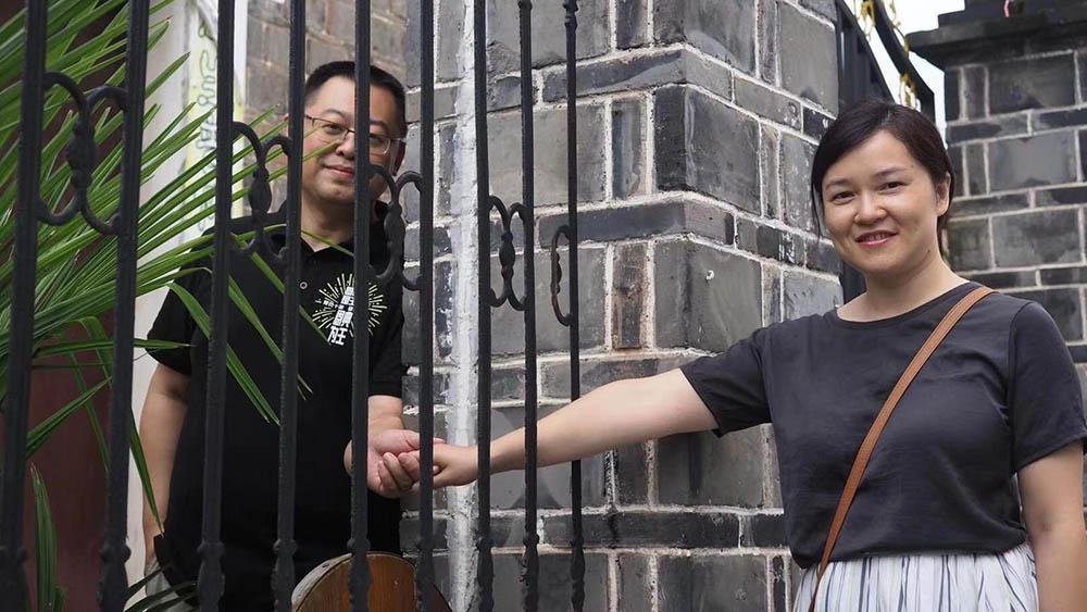 王怡與妻子蔣蓉2005年成立家庭基督教會,2008年「秋雨之福聖約教會」正式成立,並敢於觸及社會及政治議題。但教會遭當局嚴厲打壓,去年12月教會逾百名基督徒遭抓捕和拘留,後基督徒陸續釋放;今年6月蔣蓉獲取保,但目前被國保軟禁在不明社區。(美國對華援助協會)