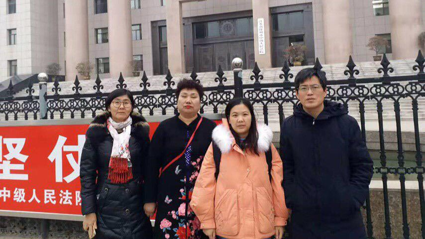 2019年12月23日,人權律師余文生的妻子許艷(右二)在人權律師藺其磊(右一)、王宇(左一)、維權人士王玉琴的陪同下徐州中院,要求無罪釋放余文生。院方稱此案還未判決。(許艷提供)