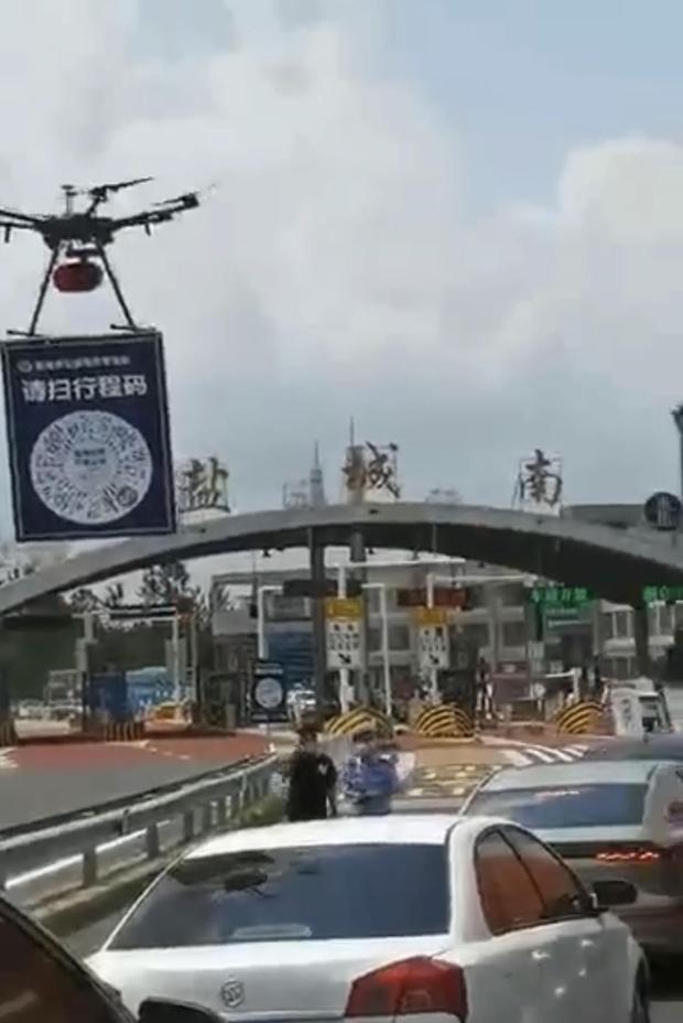 江蘇鹽城一收費站,無人機要求司機掃二維碼。(喬龍提供 / 拍攝日期不詳)