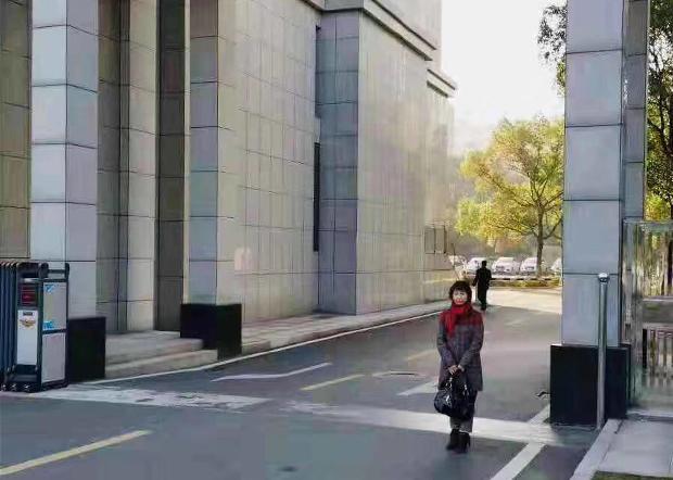 2019年12月5日,程淵的姐姐程曉娟到長沙市與辦理程淵案件的警官會面。(程曉娟提供)