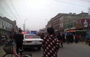 于2015年3月9日,夏圩村的村民聚集在镇政府门外的道路上示威,吸引多人站在道路上围观。(相片由目击者提供)