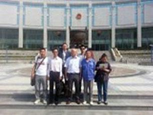 陳平褔因在網上發表文章,被當局指控涉嫌煽動顛覆國家政權罪,週二在蘭州中院開審,獲十多名網友聲援。(現場人士提供)