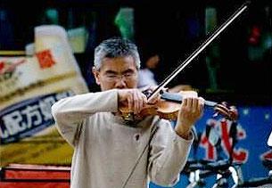 蘭州教師陳平褔,辭退教職後為供養兒子,要在街頭賣藝。(網民提供)