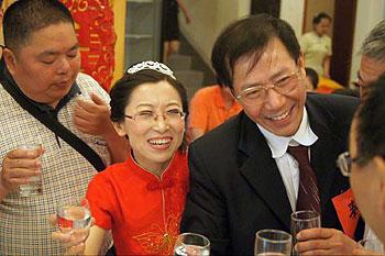 秦永敏(右一)與王喜鳳(右二)在 5 月 13 日舉行的婚宴上,向到賀的賓客敬酒。(網上下載,經秦永敏夫婦同意發佈)