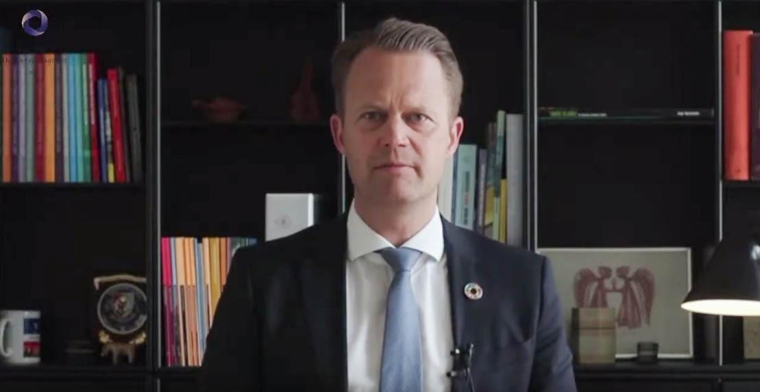 丹麦外交大臣科弗德(Jeppe Kofod)在演讲中批评中国对欧盟的制裁很恶劣,并表示要给予强力回应。(哥本哈根民主峰会视频截图)