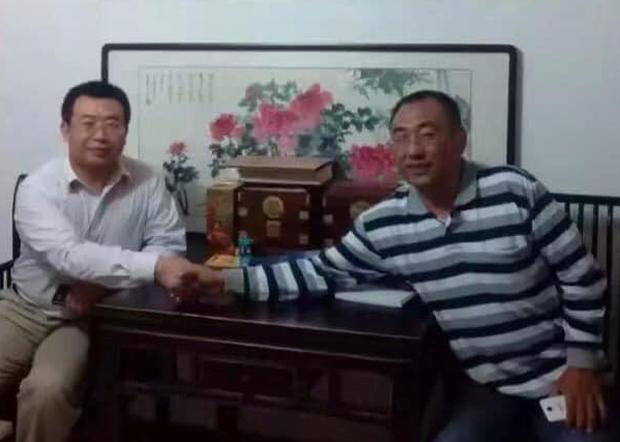 2018年春节江天勇(左)在押期间遭酷刑打伤双腿,湖南国保曾到北京向他询问江天勇过去的病例,意图推诿责任。(赵中元提供 / 拍摄日期不详)