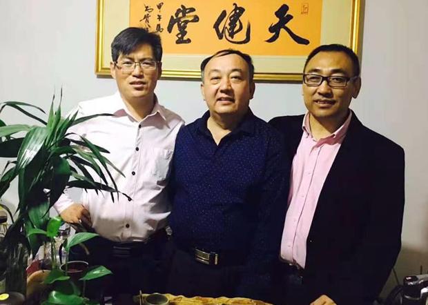 赵中元的诊所也是709辩护律师和很多维权人士聚集的地方。图片为赵中元(右)与709辩护律师马连顺(中)、蔺其磊(左)。(赵中元提供 / 拍摄日期不详)