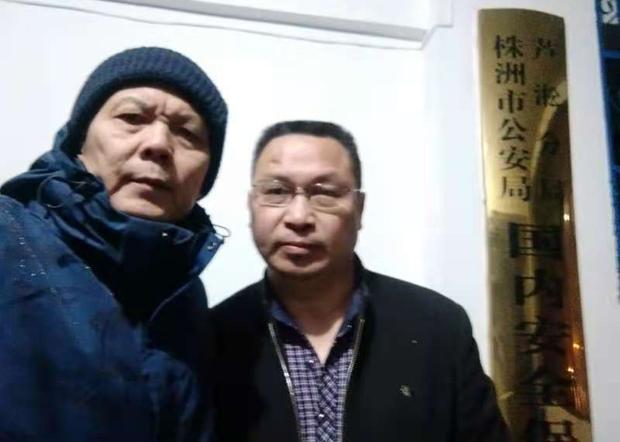 2020年12月4日, 陈思明(左)到湖南株洲芦淞公安分局了解欧彪峰被扣查情况。(陈思明提供)
