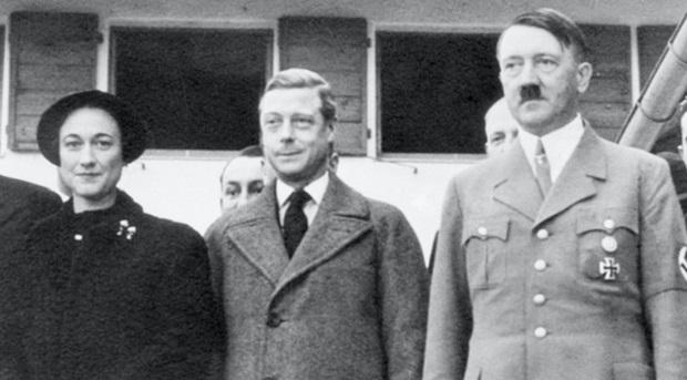 1937年,温莎公爵夫妻二人巡访德国,并跟希魔亲切合照。(资料图片)