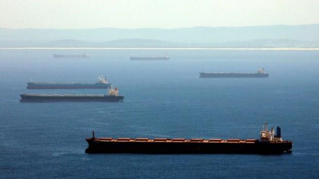图为在英国纽卡素港口等待装满煤的船只。