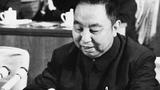 華國鋒被普遍認為是「兩個凡是」的提出人。