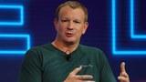 WhatsApp在2014年被脸书收购之后,艾克顿因为不同意脸书在客户资料及广告推广方面不太尊重用户私隐度的政策而离开WhatsApp。