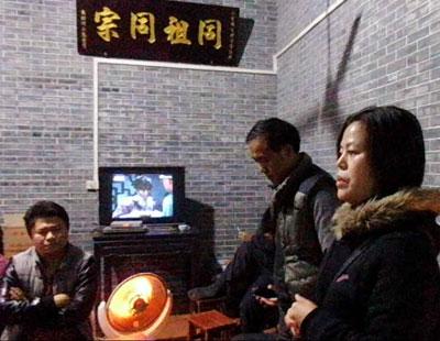 1月10日,蘇昌蘭在選舉前給村民講解選舉法。(中國婦權義工攝)