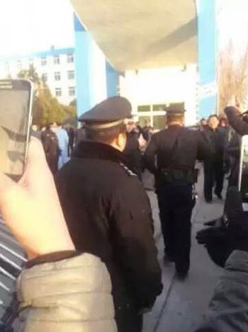 1月21日,警方到场后只协助维稳,未有抓捕抗议村民。(目击者摄)