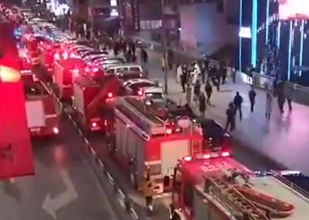 2020年1月1日,因消防通道被堵,幾十輛消防車被堵在路上,無法第一時間參與救援。(現場視頻截圖)