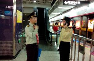 黄文勋在五羊地铁站内举牌抗议时,一度遭保安人员拦阻。(相片由黄文勋提供)