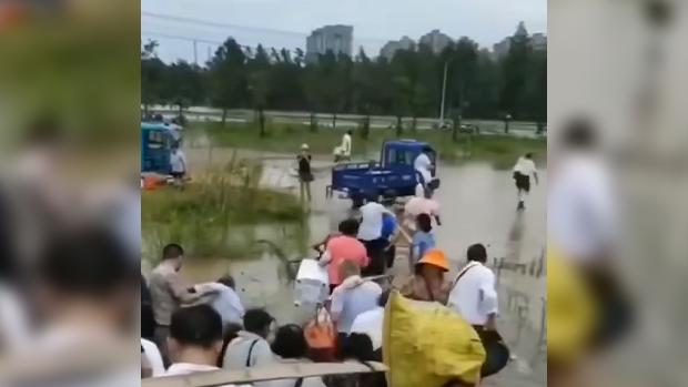 洪水滔天習近平拒上一線 防洪人力不足老弱婦孺被「抓壯丁」