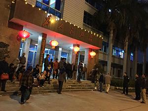 2015年4月9日,約100名的古雷鎮災民來到漳浦縣政府外請願,至晚上都不願離開。(村民攝)
