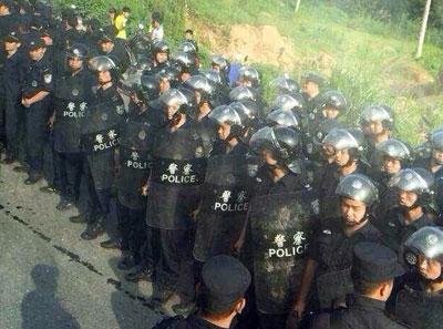 当局出动大批警察驱赶拦路的村民。(目击者提供)