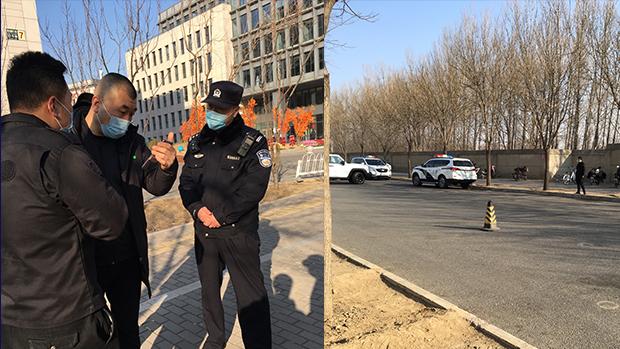 2021年2月9日,北京出版人耿潇男被指控「非法经营」案在北京海淀法院开庭,庭审现场外保安森严,停靠警车和布防多名公安和保安。(耿潇男友人提供)