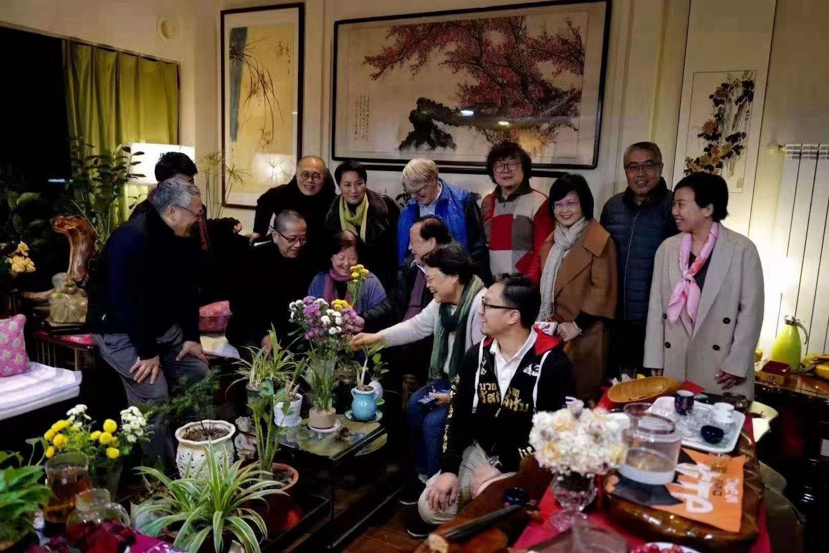 武漢作家方方(正中鮮花後女士)獲獨立中文筆會「自由寫作獎」,11月25日,知名公知艾曉明、陳丹青、梁文道等為方方慶祝生日。 (網絡圖片)