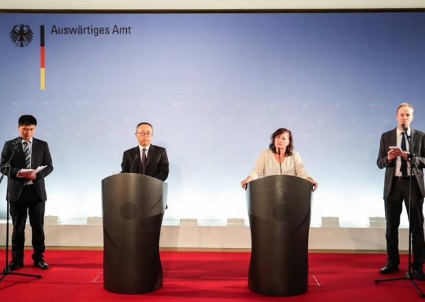 2016年「德中人权对话」上,德国联邦政府人权专员科夫勒(Dr. Bärbel Kofler)(右二)向中国外交部国际司司长李军华(左二)提出中共迫害人权律师等问题并提出到中国探视。(德国外交部截图)