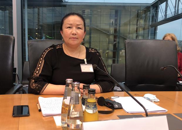 流亡瑞典的哈薩克族「吹哨人」沙依拉古麗(Sayragul Sauytbay)在德國聯邦議會人權委員會關於「中國人權狀況」的聽證會上披露集中營酷刑,指中共像法西斯一樣鎮壓維吾爾、哈薩克及其他穆斯林。(世維會主席多里坤推特圖片)