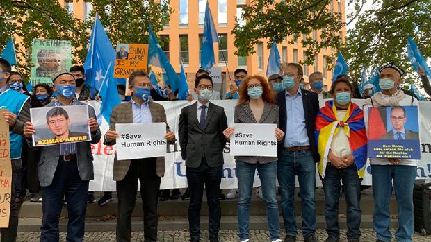 王毅访德罗冠聪与德议员临场抗议 喊话德国外长「人权不可讥价 」