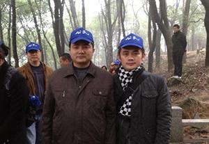 2012年12月16日,患上癌症的顾志坚(中)在林昭八十冥诞的日子,与各地朋友来到苏州木渎灵岩山上悼念。(小彪推特)