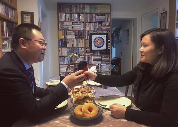 王怡妻子蒋蓉(右)的生日为12月26日。当局疑在这一天将王怡秘密审讯。(美国对华援助协会负责人傅希秋推特照片 / 拍摄日期不详)