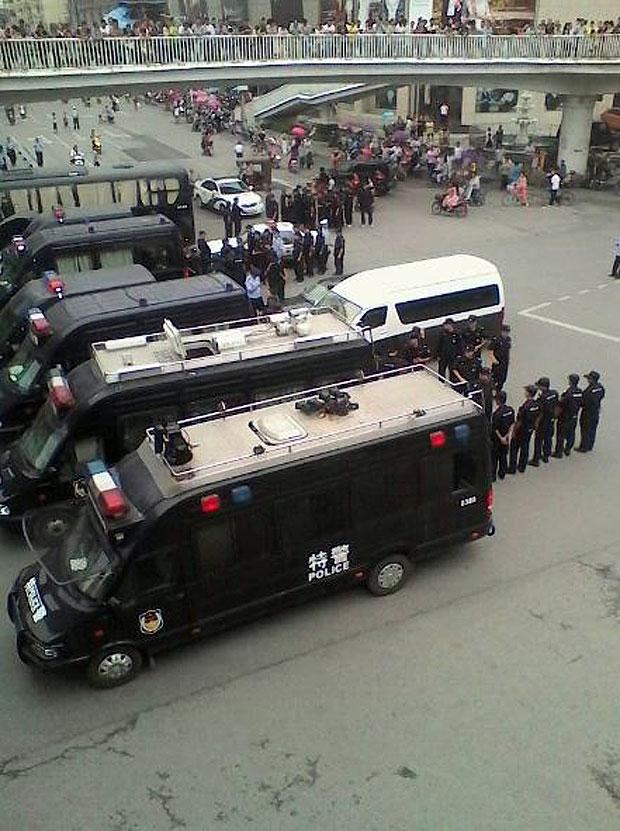 """2014年8月27日,""""三杰盛世城""""业主堵路抗议期间,近百特警连同警车到场。(业主提供)"""