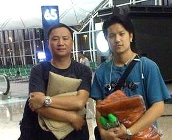 """8月2日凌晨时份,屡次被香港拒绝入境的王丹因台风意外滞留香港机场。图为王丹与前来探望的 """"社会记录协会""""成员摄于机场禁区。(照片由网上媒体 """"社会记录协会""""提供)"""