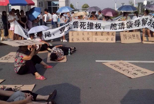 """2014年9月4日,湖南省数百""""和瑞学府""""业主到冷水江市政府请愿。(业主提供)"""