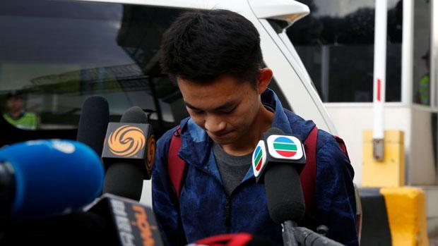 2019年10月23日,潘晓颖命案嫌犯陈同佳在香港就洗钱罪服刑完毕,离开监狱时向被害者潘晓颖家人鞠躬致歉,并表示愿意赴台受审。(路透社)
