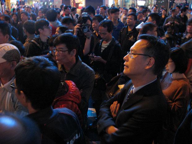 香港立法会议员叶建源在周一晚上刻意到旺角占领区视察。(刘云摄)
