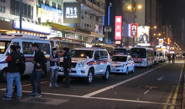 香港警方于本周二(11月18日)凌晨时份,已在旺角一带停泊了至少20部大型警车兼3部大型旅游车,似准备为执行清场禁制令时所需。(刘云摄)