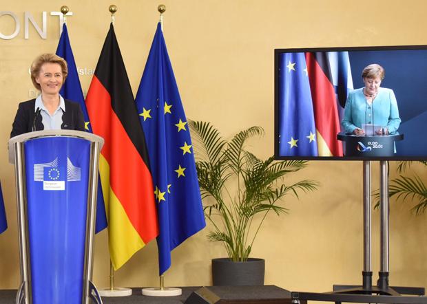 歐盟委員會主席馮德萊恩(左)對香港國安法表態反對;反觀德國總理默克爾其保守態度受到批評。(馮德萊恩推特圖片)