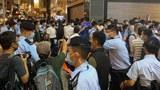 警方在旺角驱散集结人群。