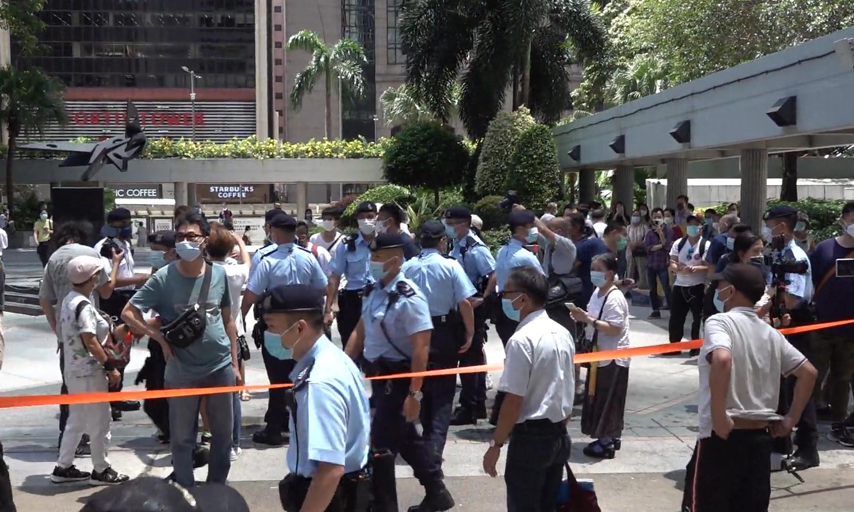 大批警员在场维持秩序,警告市民违反限聚令。(张展豪摄)
