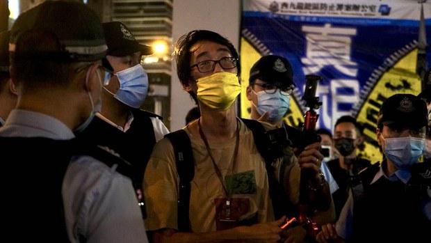 【831两周年】献花市民遭票控「乱抛垃圾」 网媒记者被捕
