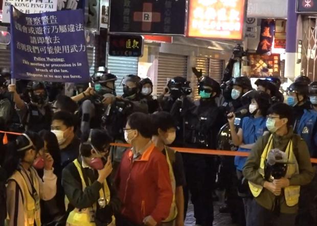 警方于831七周月纪念活动中驱赶市民。(邓颖韬 摄)