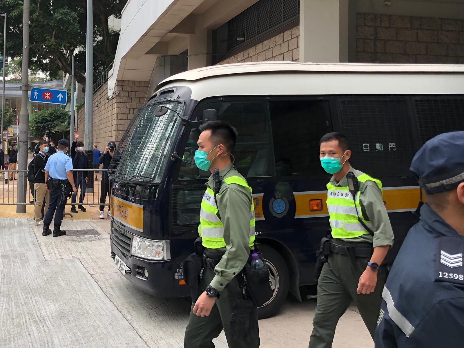 押送周庭的囚車離開法院。(張展豪 攝)