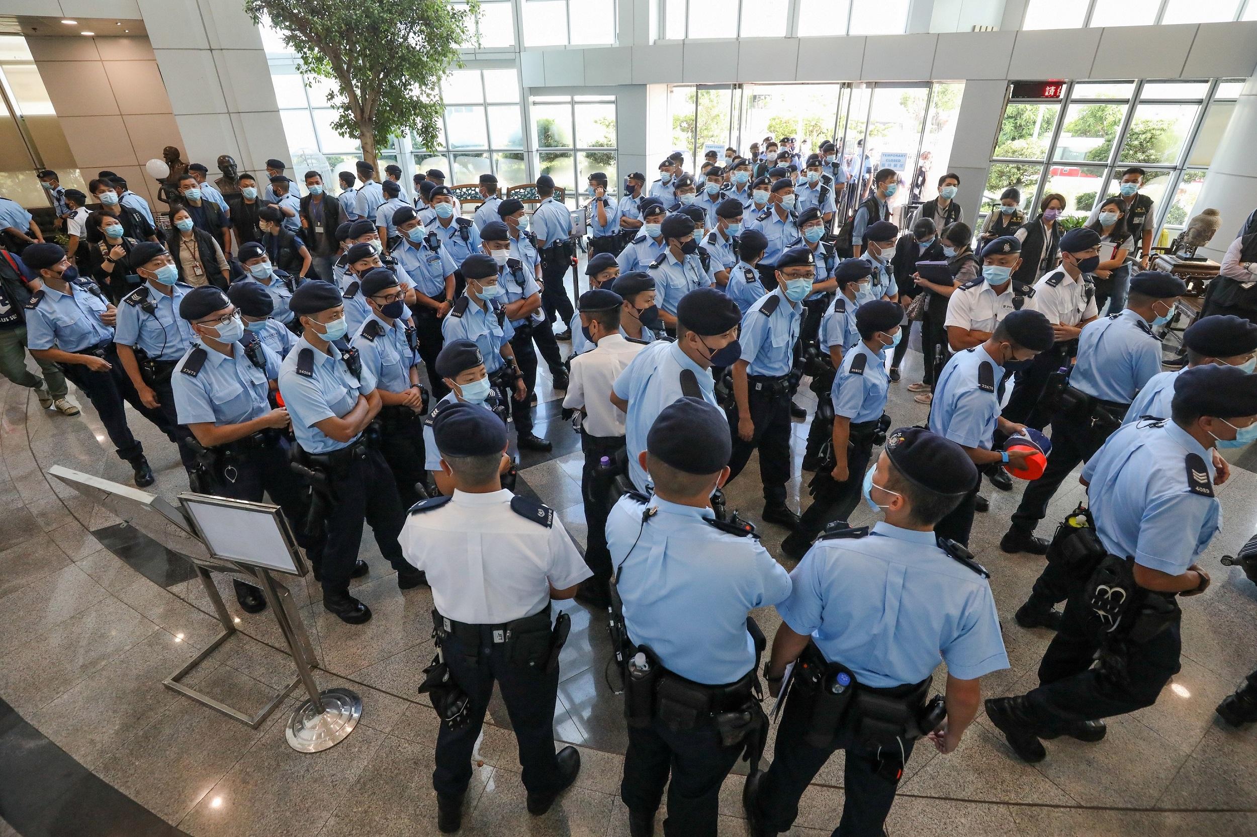 《苹果日报》6月17日被警方引「国安法」大举搜查,5名高层被捕。(《苹果日报》直播截图)