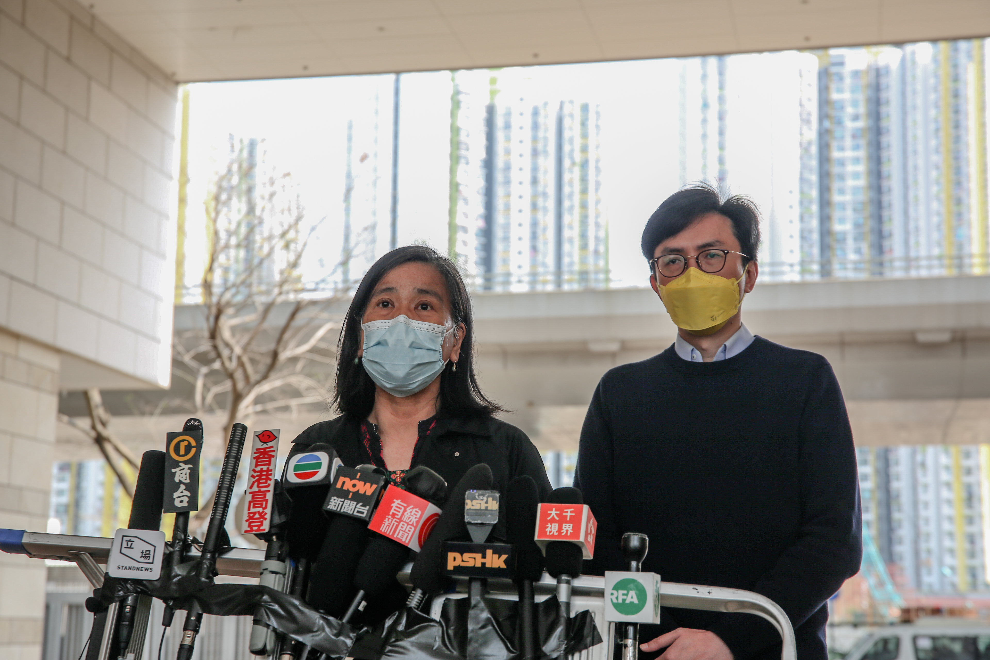 2021年3月12日,梁国雄太太陈宝莹(左)表示,拟就保释结果提出上诉。(张展豪 摄)