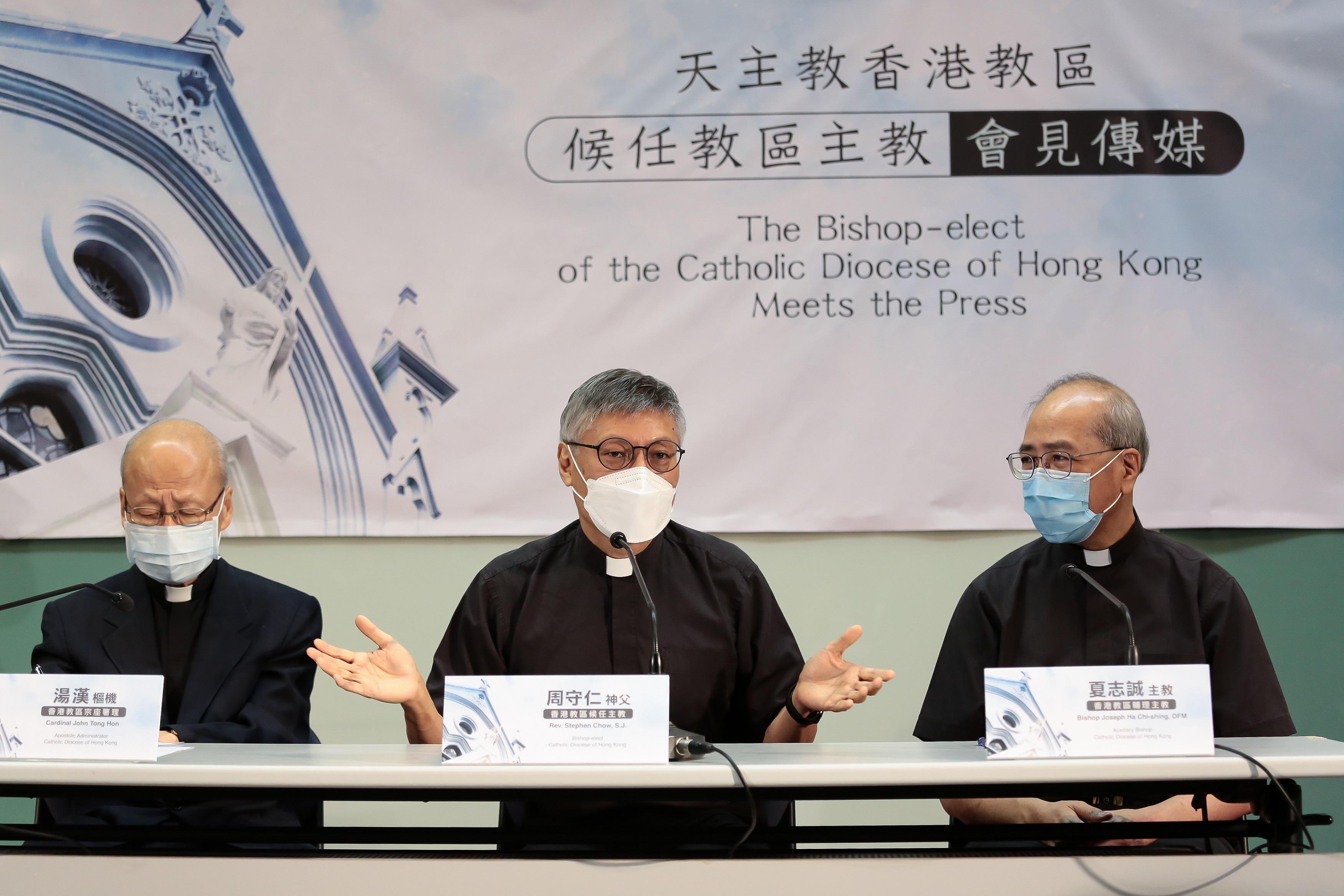 周守仁(中)在現任宗座署理湯漢樞機(左),和教區輔理主教夏志誠陪同下見記者。(張展豪 攝)