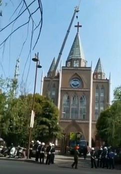 2020年4月15日,安徽省合肥市肥西三河教堂被強拆十字架。(「華人基督徒公義團契」影片截圖)