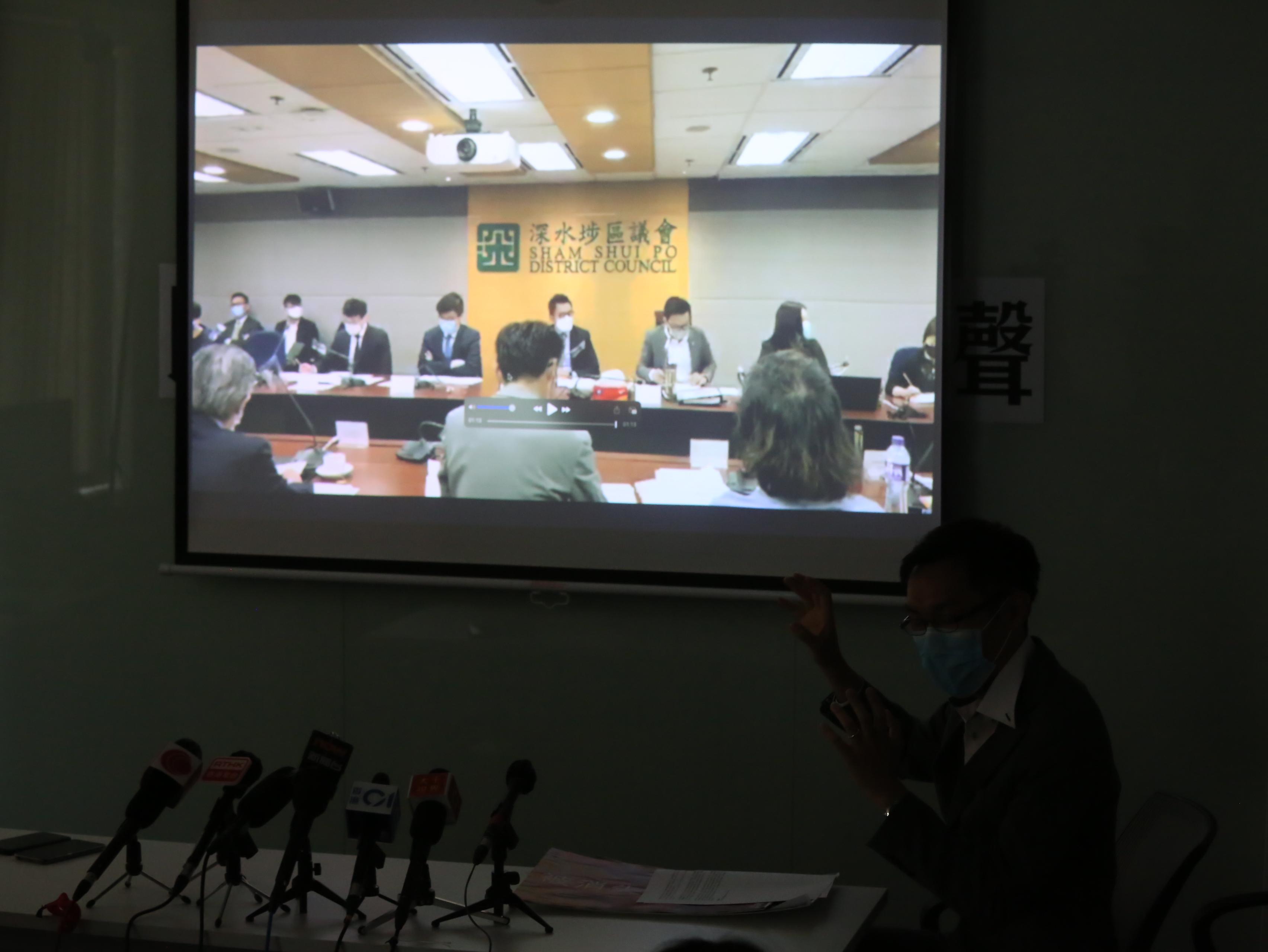 袁海文公開一段遭刪改會議片段。(張展豪 攝)