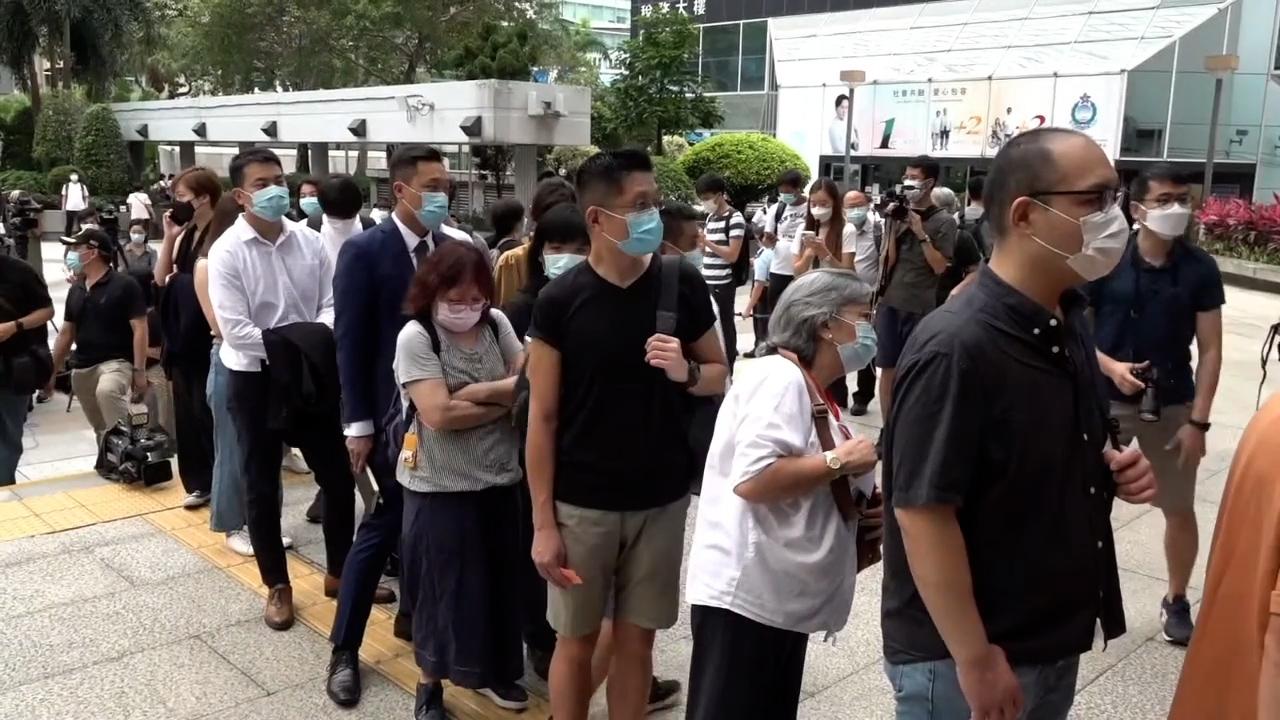 不少市民到庭旁聽,表達對一眾被告的民主領袖的支持。(張展豪 攝)