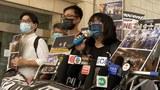 支聯會副主席鄒幸彤(右)及成員高舉標語聲援「六四」集會案再提堂 。